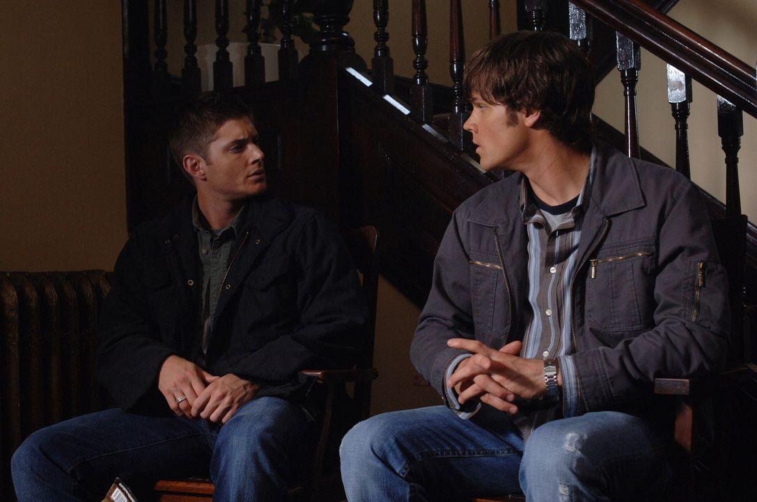Nachdem Sam (Jared Padalecki, r.) immer öfter Alpträume von ihrem alten Haus hat, beschließt er gemeinsam mit seinem Bruder Dean (Jensen Ackles, l.)... - Bildquelle: Warner Bros. Television
