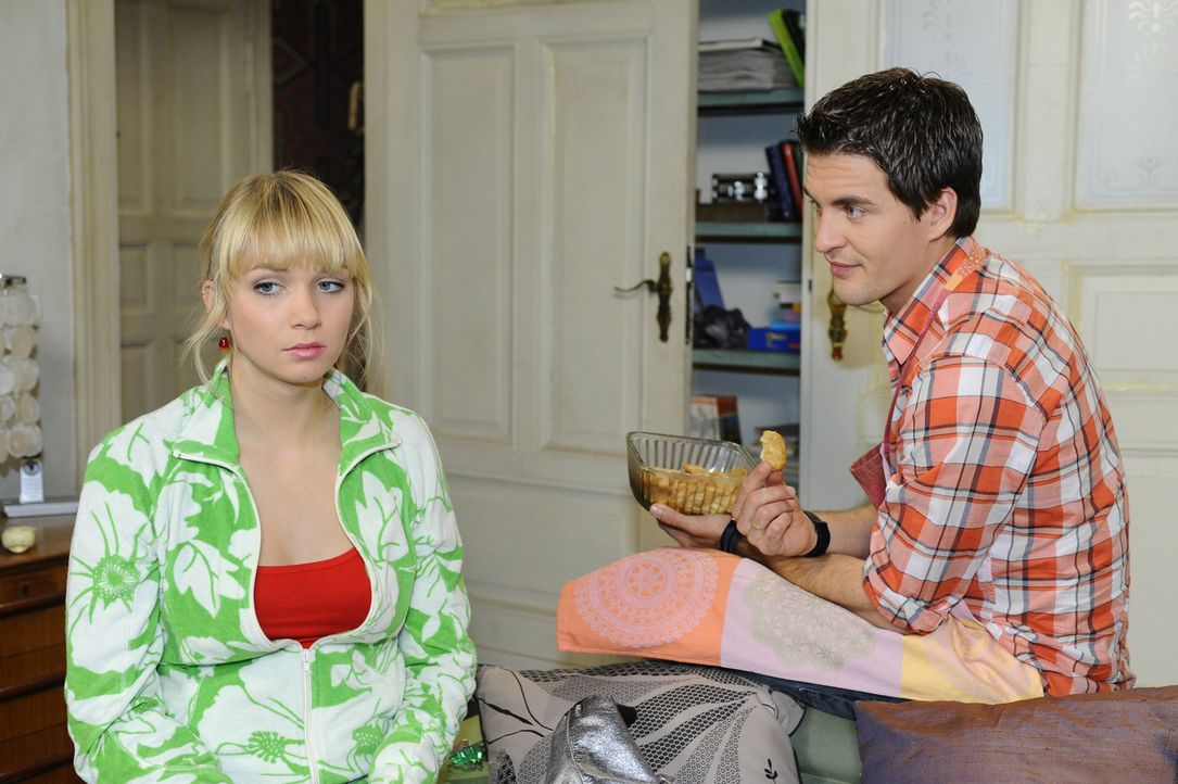 Lily (Jil Funke, l.) hat gegenüber Lars (Alexander Klaws, r.) ein schlechtes Gewissen und muss erkennen, dass sie Jojo nicht so leicht aus dem Weg... - Bildquelle: SAT.1
