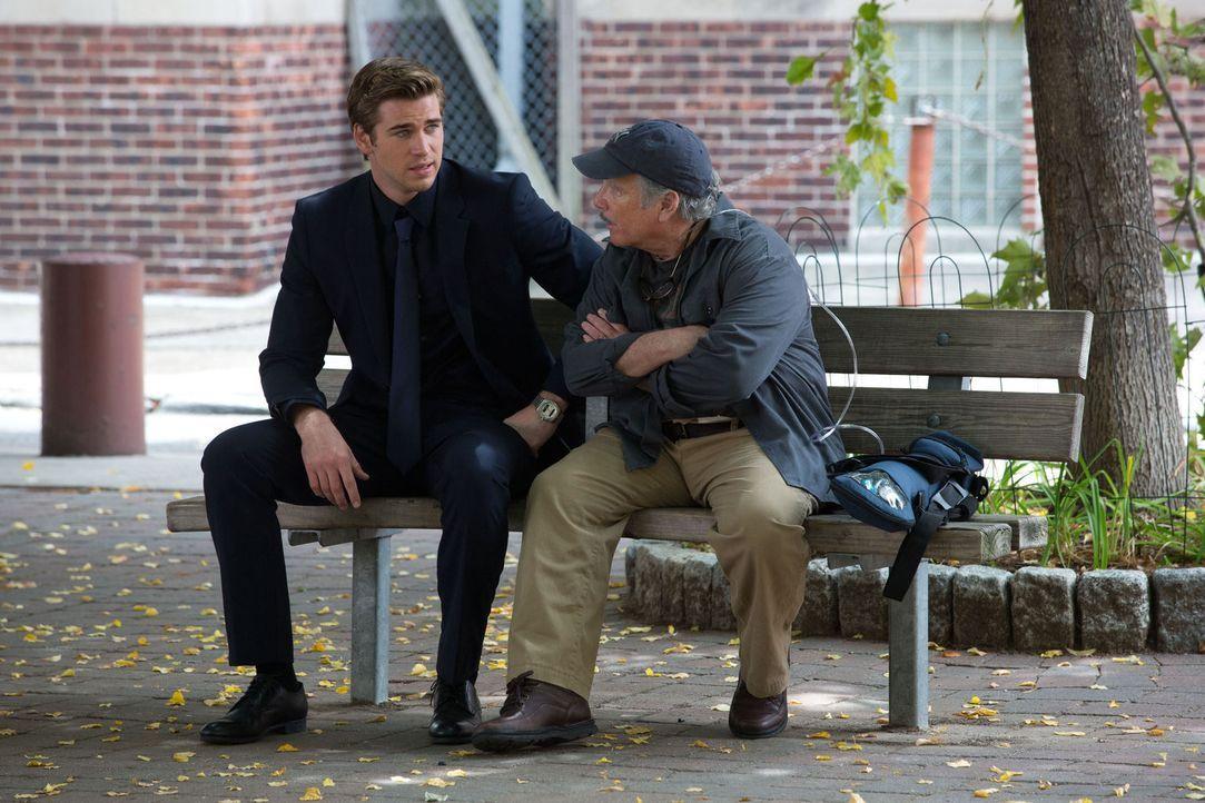 Adam Cassidy (Liam Hemsworth, l.) will mit dem Geld für seine Spitzelarbeit seinen kranken Vater Frank (Richard Dreyfuss, r.) unterstützen - ohne es... - Bildquelle: 2012 Paranoia Acquisitions LLC. All rights reserved.
