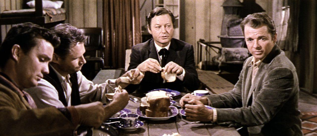 Mit Mut und Geschick schleicht sich Geheimagent Gifford (Audie Murphy, r.) in die Bande des gerissenen Troop (DeForest Kelley, M.) ein ... - Bildquelle: Allied Artists Pictures