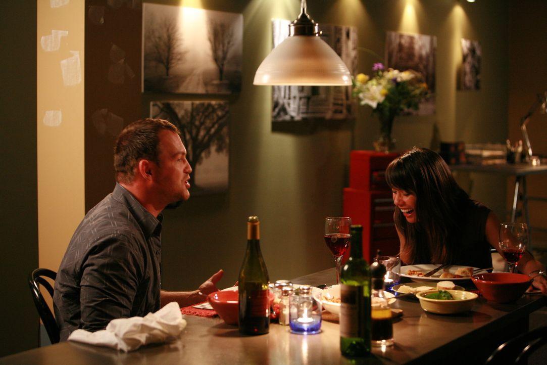 Eines Tages trifft Jenny (Lexa Doig, r.) auf Peter (Ty Olsson, l.), Andreas Bruder, der nach einem langen Auslandsaufenthalt nach Portland zurückgek...