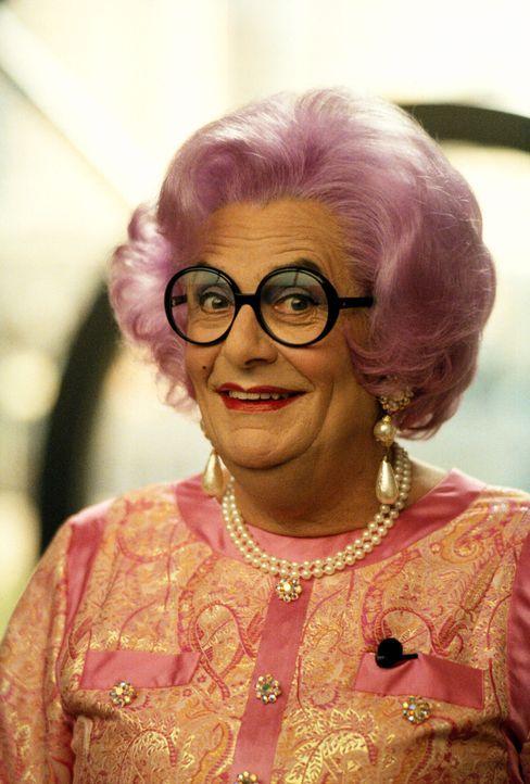 Kann Claire Otoms (Dame Edna Everage) die Verhandlungen maßgeblich beeinflussen? - Bildquelle: 2001 Twentieth Century Fox Film Corporation. All rights reserved.