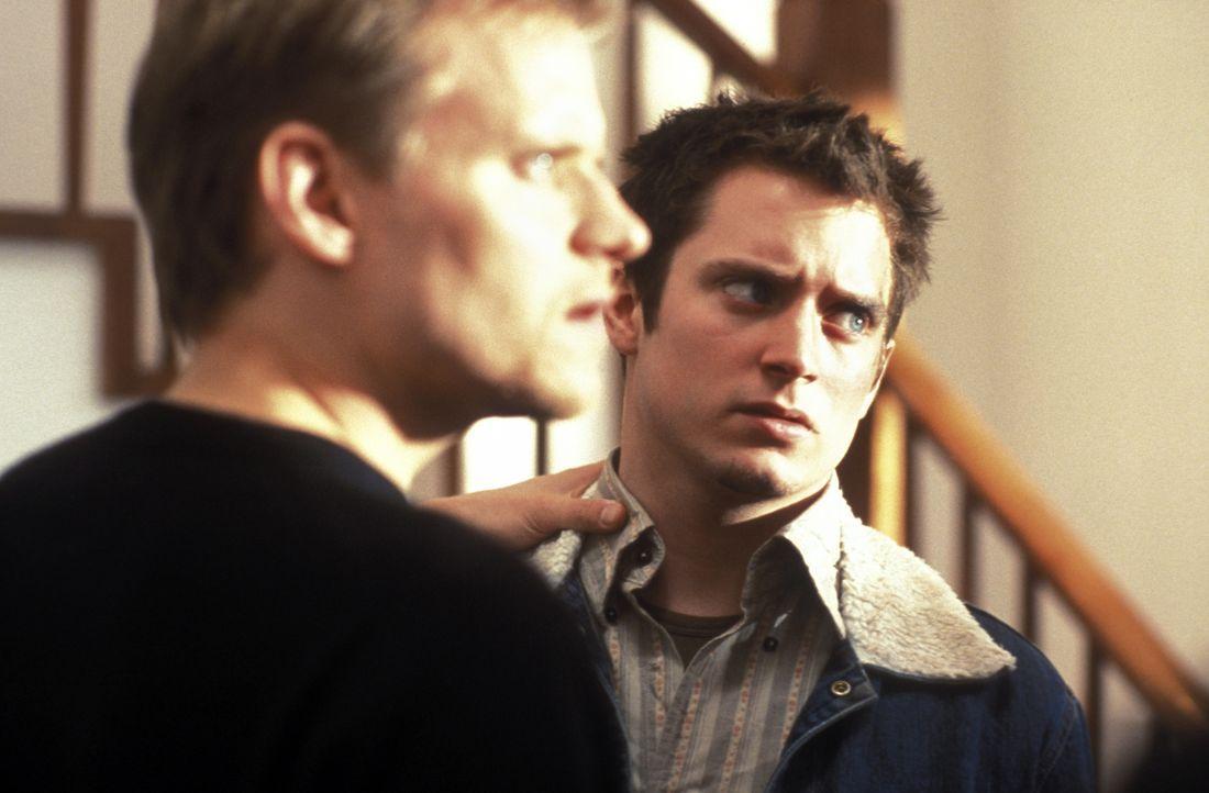 Als Steve (Marc Warren, l.) den sensiblen Matt (Elljah Wood, r.) kennen lernt, ist er voller Hoffnung, dass der junge Amerikaner seinen Bruder aus d... - Bildquelle: Odd Lot Entertainment