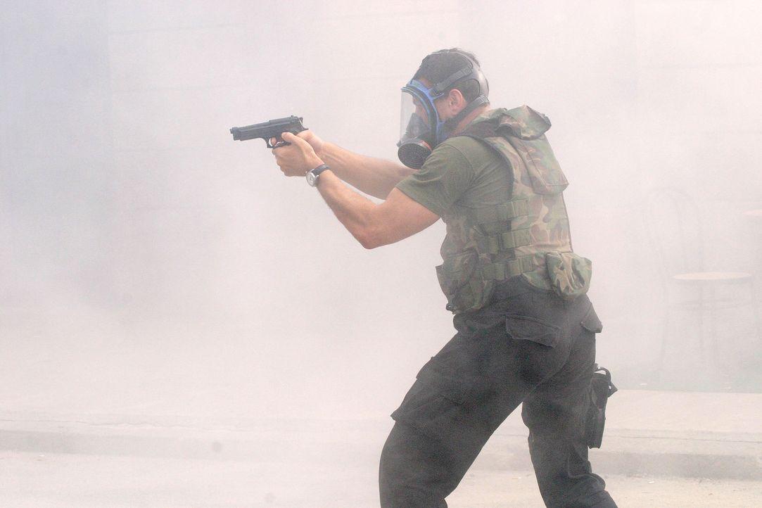 Der ehemalige Navy S.E.A.L. Sam Keenan (Jean-Claude Van Damme) muss einen Weg finden, die Rebellion niederzuschlagen - bevor die Botschaft samt Präs... - Bildquelle: 2005 Micro Fusion 2004-15 LLP. All rights reserved.