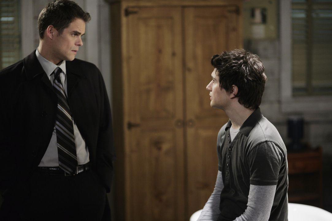 Gemeinsam mit Taylor (Martin Cummins, l.) erfindet Kyle (Matt Dallas, r.) die Geschichte, dass seine Eltern bei einem Verkehrsunfall ums Leben gekom... - Bildquelle: TOUCHSTONE TELEVISION