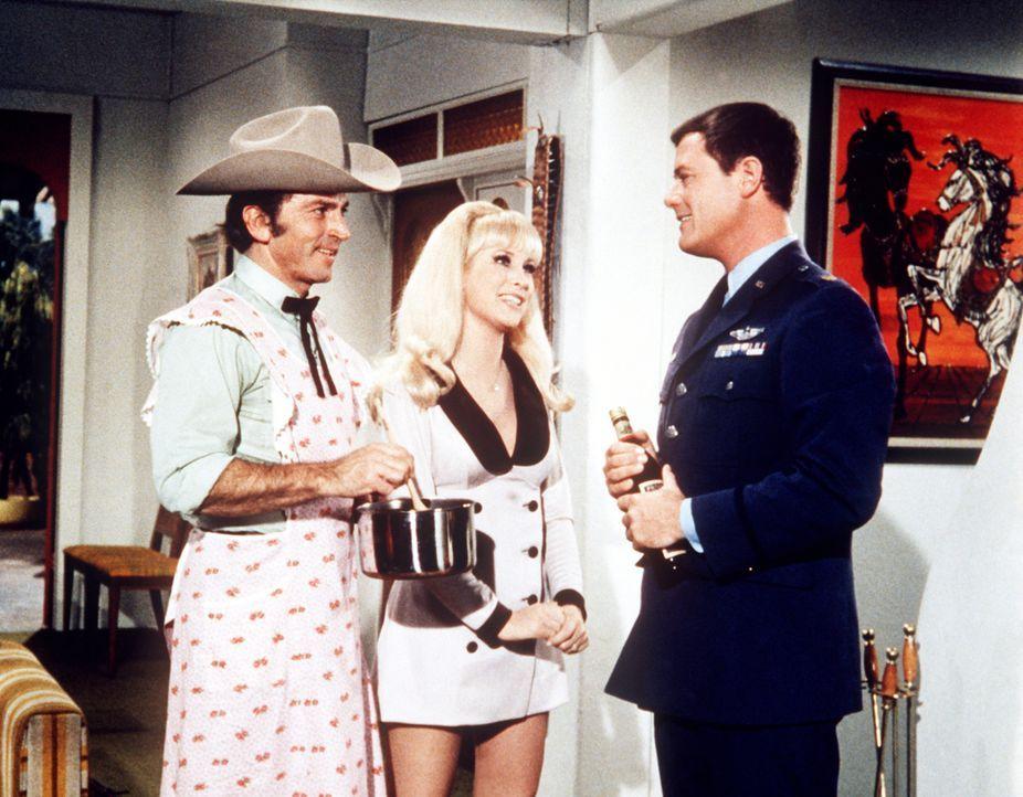 Tony (Larry Hagman, r.) ist vom Besuch seines Vetters Arvel (Gabriel Dell, l.) nicht so begeistert wie Jeannie (Barbara Eden, M.). - Bildquelle: Columbia Pictures
