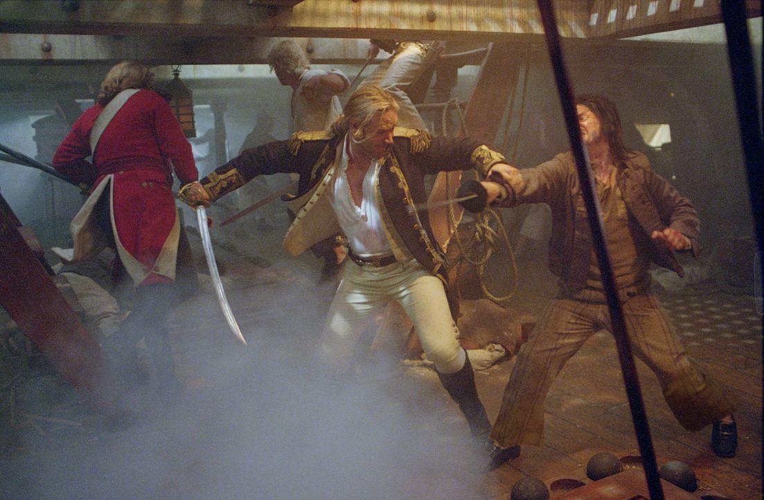 """Der englische David gegen den französischen Goliath: Hat Kapitän Jack Aubrey (Russell Crowe, vorne l.) eine Chance, dass französische Kaperschiff """"A... - Bildquelle: 2003 Twentieth Century Fox Film Corporation, Miramax Film Corp. and Universal City Studios LLLP. All rights reserved."""