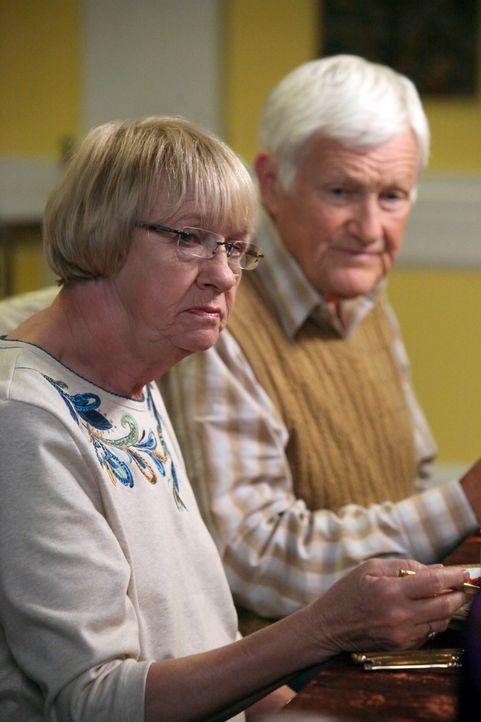 Während Beth im Auftrag ihrer Mutter versucht, mehr Paul herauszufinden, erleben Karen McCluskey (Kathryn Joosten, l.) und Roy (Orson Bean, r.) Than... - Bildquelle: ABC Studios