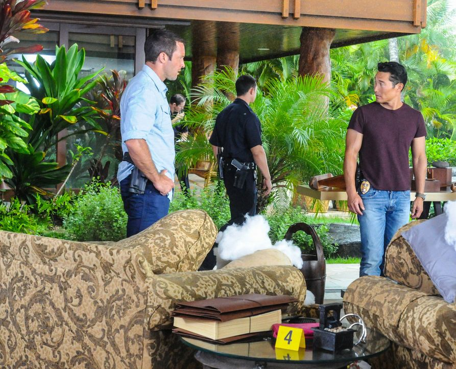 Als ein Ehepaar in ihrem Haus erschossen aufgefunden wurde, beginnen Steve (Alex O'Loughlin, l.) und Chin (Daniel Dae Kim, r.) sofort mit den Ermitt... - Bildquelle: 2013 CBS BROADCASTING INC. All Rights Reserved.