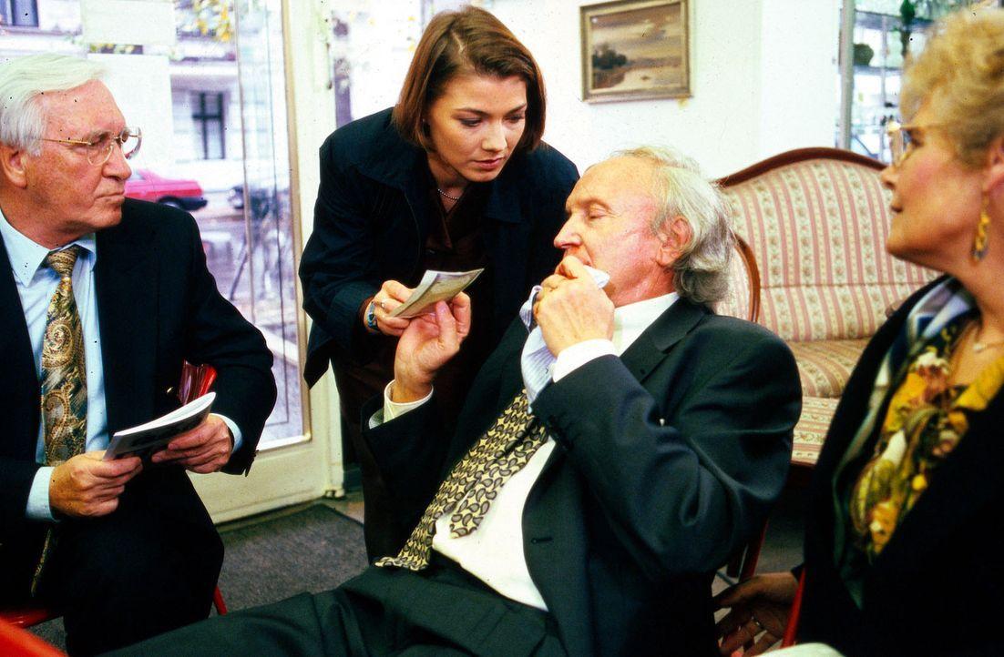 Stephanie (Claudia Schmutzler, M.) begleitet den Antiquitätenhändler Beck (Udo Vioff, 2.v.r.) auf eine Uhrenauktion. Es soll dort ein wertvolles S... - Bildquelle: Noreen Flynn Sat.1