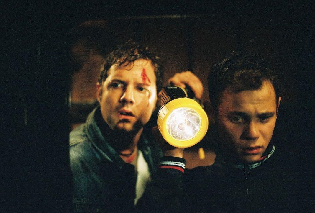 Für Niels (Nils Julius, l.) und Stefan (Antonio Wannek, r.) beginnt ein Kampf ums Überleben ... - Bildquelle: Bernhard Berger ProSieben