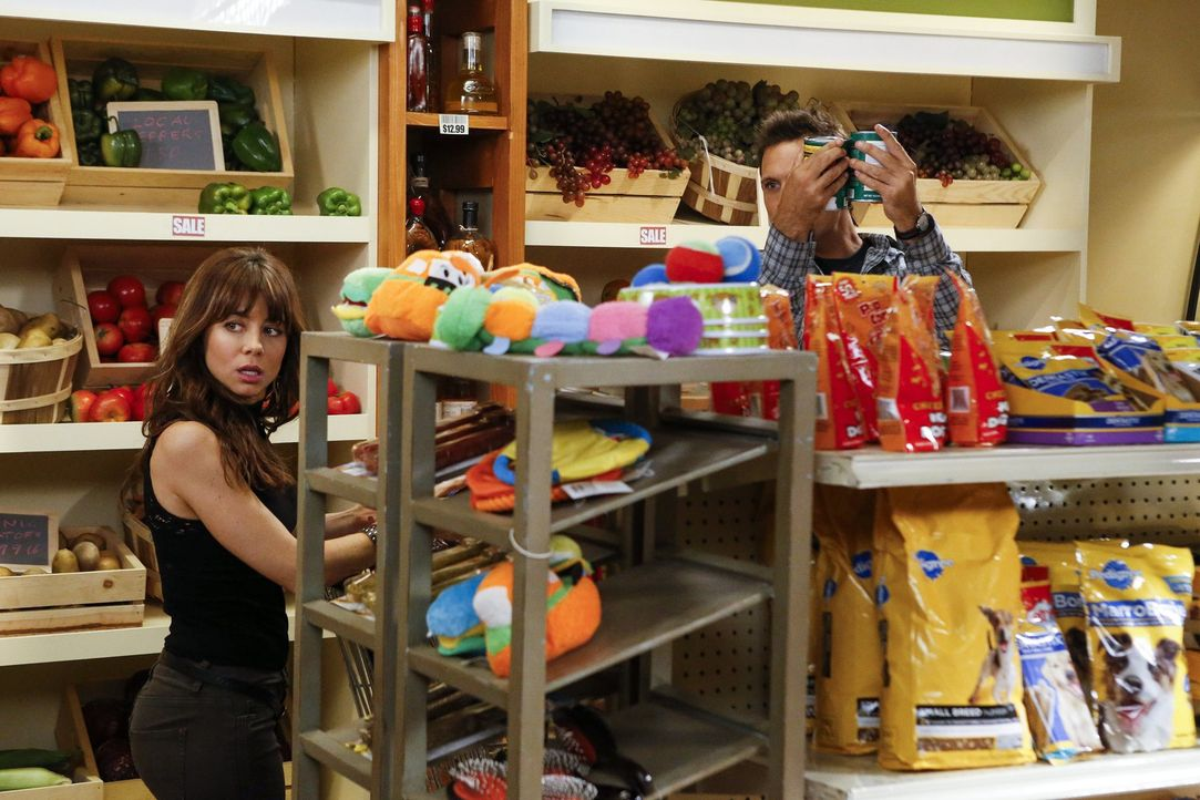 Während Tessa sauer auf Lisa ist, da diese Zeit mit Ryans neuer Freundin June verbringt, wird ein Einkauf im Supermarkt für George (Jeremy Sisto, r.... - Bildquelle: Warner Brothers