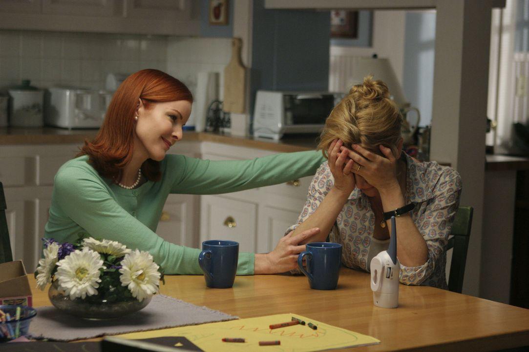 Lynette (Felicity Huffman, r.) ist mit den Nerven am Ende, ihre Freundin Bree (Marcia Cross, l.) versucht sie zu trösten ... - Bildquelle: Touchstone Television