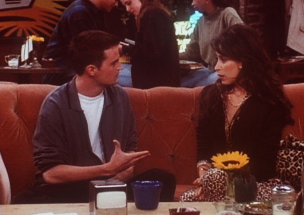 Chandler (Matthew Perry, l.) erklärt Janice (Maggie Wheeler, r.), dass sie wieder zu ihrem Mann zurückkehren sollte. - Bildquelle: TM+  2000 WARNER BROS.
