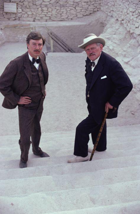Das jahrelange Suchen hat sich gelohnt: Carter (Robin Ellis, l.) und Lord Carnarvon (Harry Andrews, r.) haben das Grab des Tut-Ench-Amun entdeckt ... - Bildquelle: Columbia Pictures