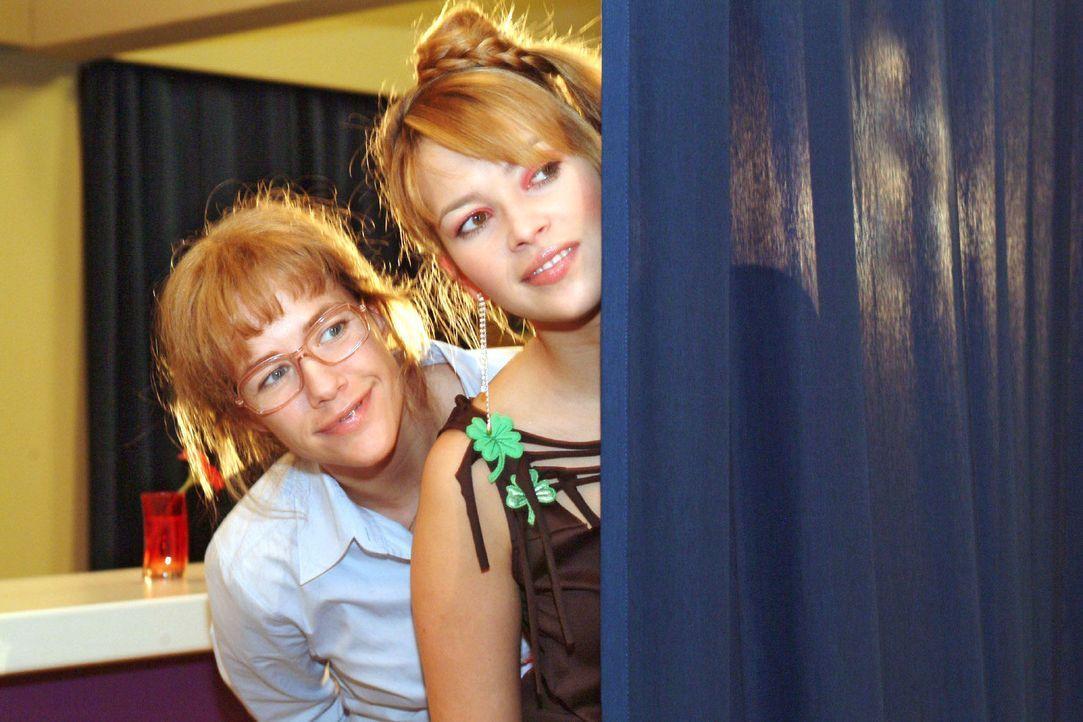 Lisa (Alexandra Neldel, l.) und Hannah (Laura Osswald, r.) beobachten gespannt Agnes' Gespräch mit Sabrina: Tappt diese in die inszenierte Falle -... - Bildquelle: Sat.1