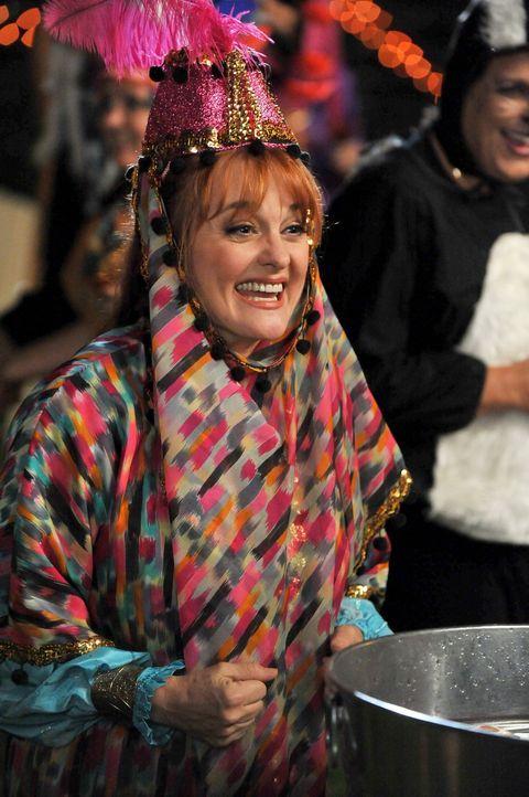 Mrs. Norwood (Julie Brown) übertrifft alle mit ihrem Halloweenkostüm ... - Bildquelle: Warner Brothers