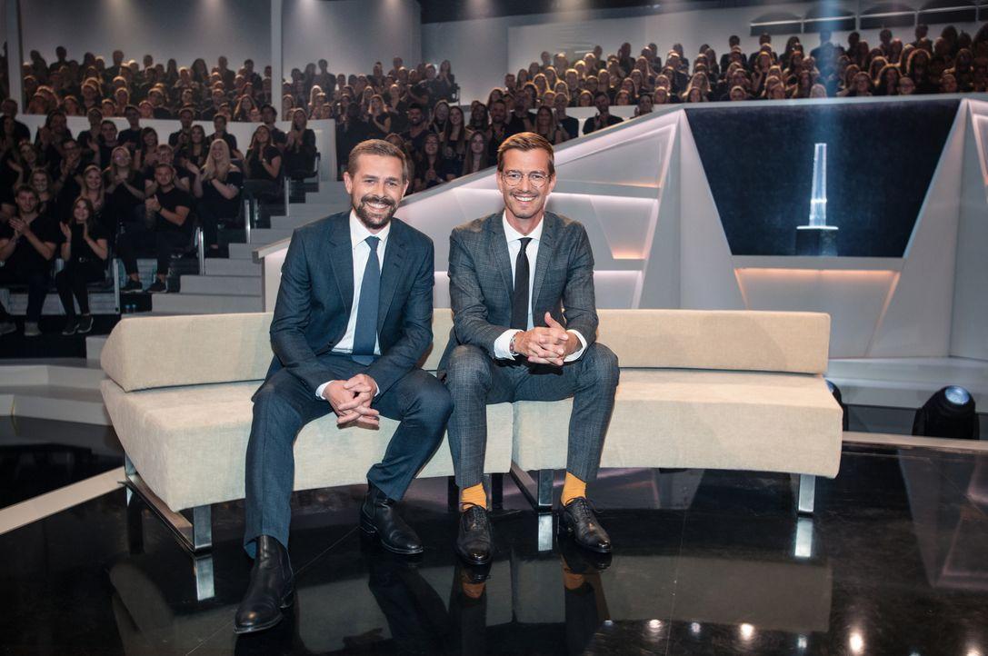 """Joko (r.) und Klaas (l.) buhlen um die Gunst des Publikums, denn beide sind überzeugt davon, """"Die beste Show der Welt"""" zu präsentieren ... - Bildquelle: Jens Hartmann ProSieben/Jens Hartmann"""