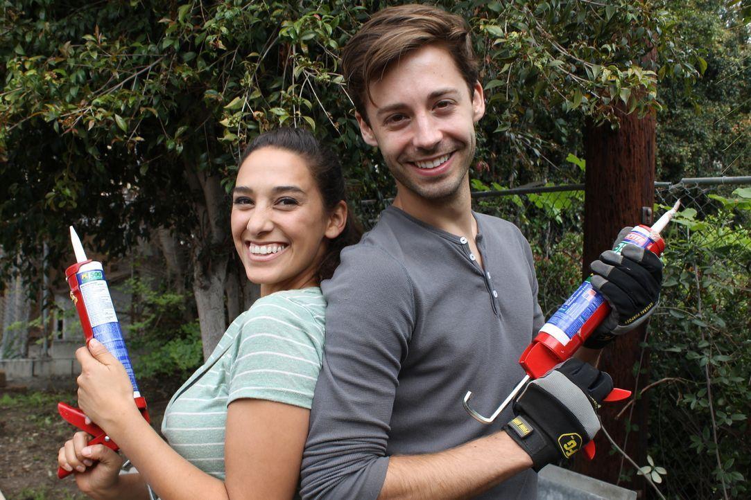 Arbeiten hart, um den Garten für eine Brautparty zu verschönern: Sara Bendrick (l.) und der Hausbesitzer Shawn (r.) ... - Bildquelle: 2014, DIY Network/Scripps Networks, LLC. All RIghts Reserved.