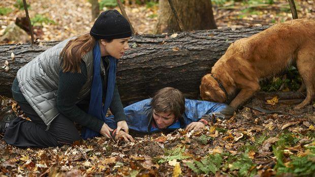 Eigentlich wollte Alex (Erica Durance, l.) nur ein wenig Ruhe im Wald finden,...