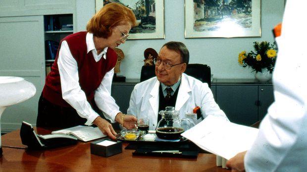 Die Sekretärin Frau Wurm (Ulina Am Ende, l.) reicht Professor Lüders (Ulrich...