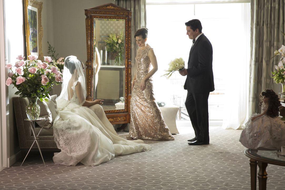 Die Hochzeit von Hakeem und Laura (Jamila Velazquez, l.) steht bevor. Maria (Sandra Delgado, M.) und Arturo Calleros (Dale Rivera, r.) sind stolz au... - Bildquelle: 2015-2016 Fox and its related entities.  All rights reserved.