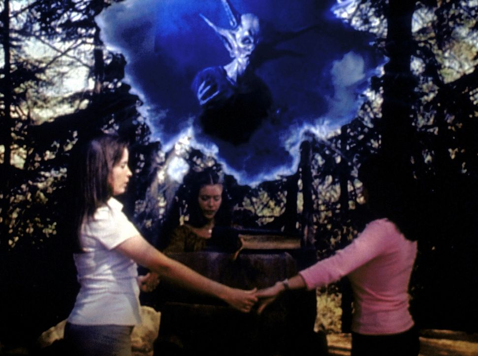 Piper (Holly Marie Combs, l.), Phoebe (Alyssa Milano, M.) und Prue (Shannen Doherty, r.) versuchen, an einem Nexus den Dämonen Abraxas zu vernichten. - Bildquelle: Paramount Pictures