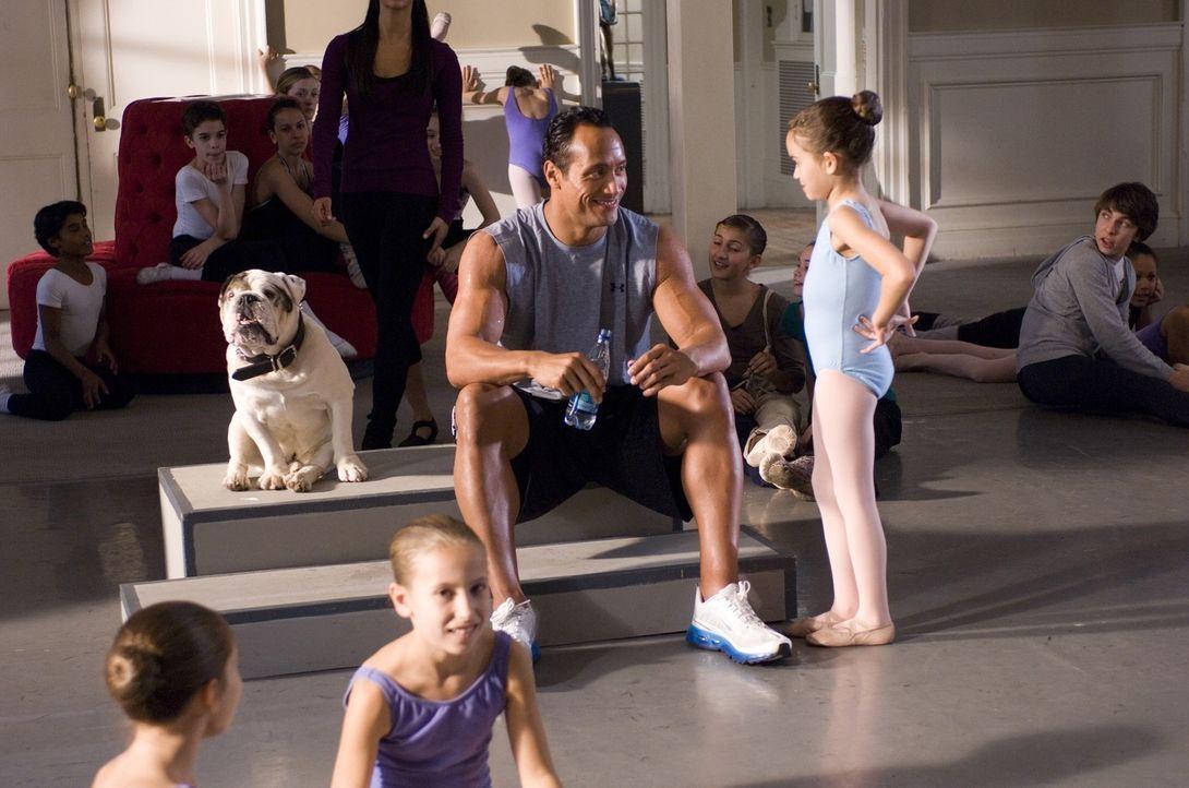 Joe (Dwayne Johnson, l.) ist mit seinem neuen Job als Vater von Peyton (Madison Pettis, r.) völlig überfordert ... - Bildquelle: Buena Vista International