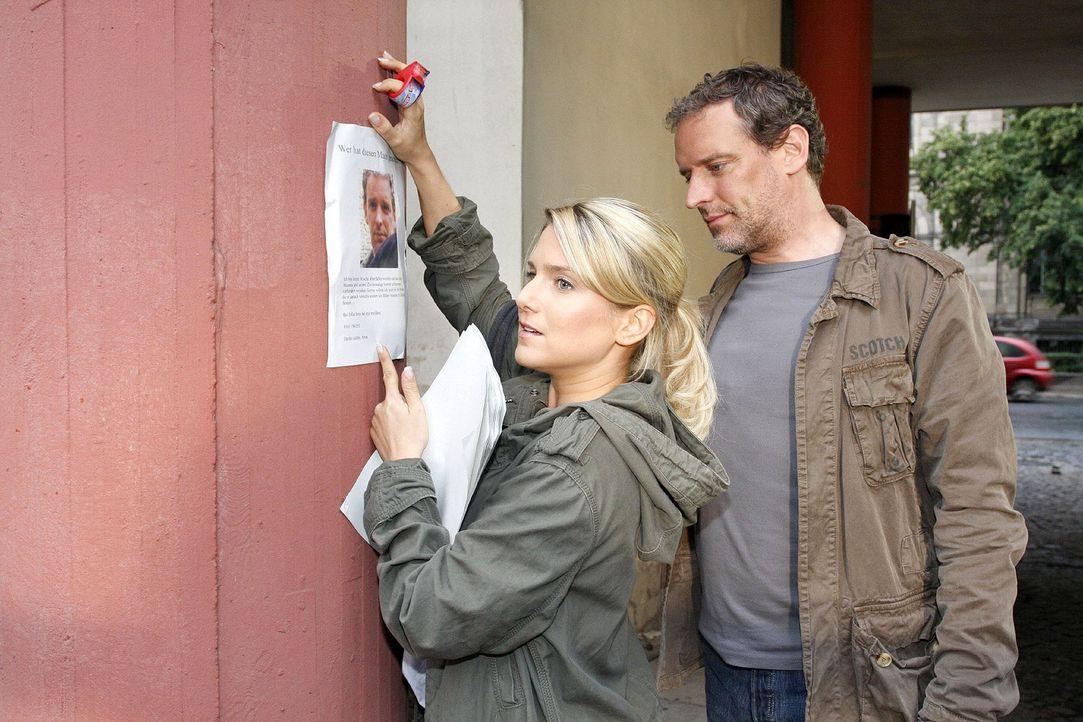 Auf der Suche nach ihm trifft Anna (Jeanette Biedermann, l.) beim Plakatieren auf ihren Retter (Wolfgang Wagner, r.). - Bildquelle: Noreen Flynn Sat.1