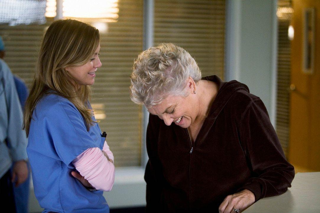 Meredith (Ellen Pompeo, l.) sieht mit Schrecken einem Besuch von Dereks Mutter Carolyn Shepherd (Tyne Daly, r.) entgegen. Obwohl sie krampfhaft vers... - Bildquelle: Touchstone Television