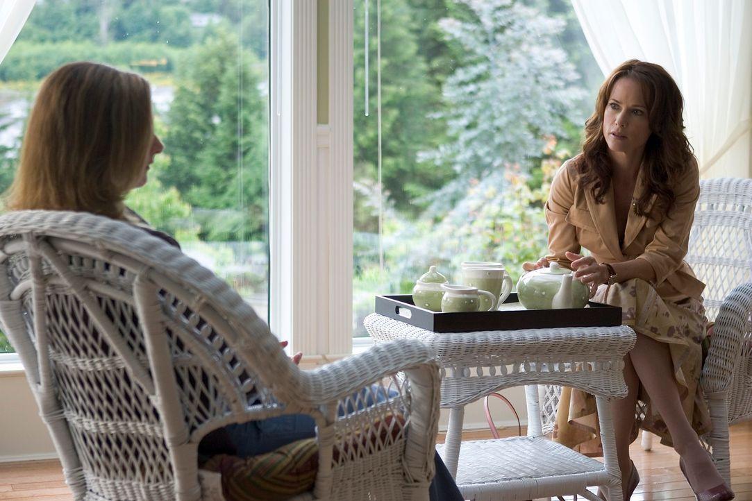 Gemeinsam mit ihrem Vater wohnt Zoe (Jordan Hinson, l.) vorübergehend bei Beverly Barlowe (Debrah Farentino, r.), einer bedeutenden Psychotherapeuti... - Bildquelle: Universal Television