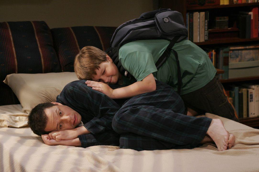 Jake (Angus T. Jones, hinten) versucht seinen Vater Alan (Jon Cryer, vorne), der sich als totaler Versager fühlt, da er von seiner neuen Frau rausge... - Bildquelle: Warner Brothers Entertainment Inc.
