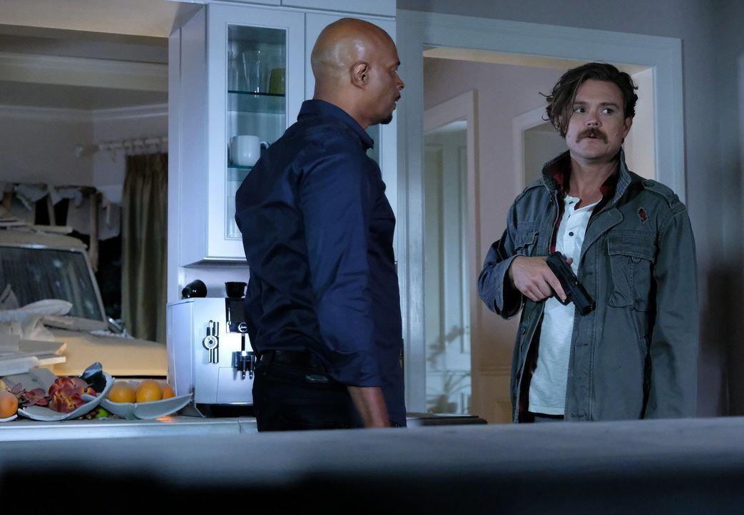 Murtaughs (Damon Wayans, l.) Weihnachtsurlaub auf Hawaii platzt, als Riggs (Clayne Crawford, r.) ihn wegen der Aufklärung eines Mordes an einem alte... - Bildquelle: Warner Brothers