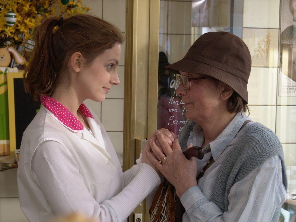 Frau Fengler (Ulrike Hanke-Hänsch, r.) prophezeit Andrea (Marie Zielcke, l.) einen harten Schicksalsschlag, dem sie sich stellen soll und der ihr Le... - Bildquelle: Sat.1