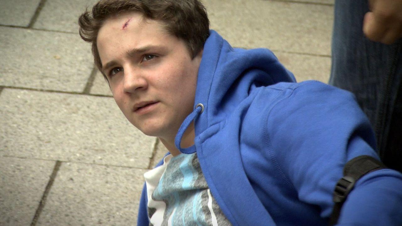 Noch vor kurzem war er Klassensprecher - jetzt ist er das Opfer. Jeder Schultag ist für Sven die Hölle. Eine Schülergang terrorisiert und verfolg... - Bildquelle: SAT.1
