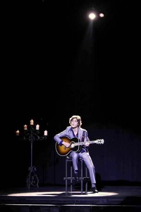 Während den Aufnahmen zu ihrem Duett hat sich Javier (Diego Boneta) in Adrianna verliebt... - Bildquelle: TM &   CBS Studios Inc. All Rights Reserved