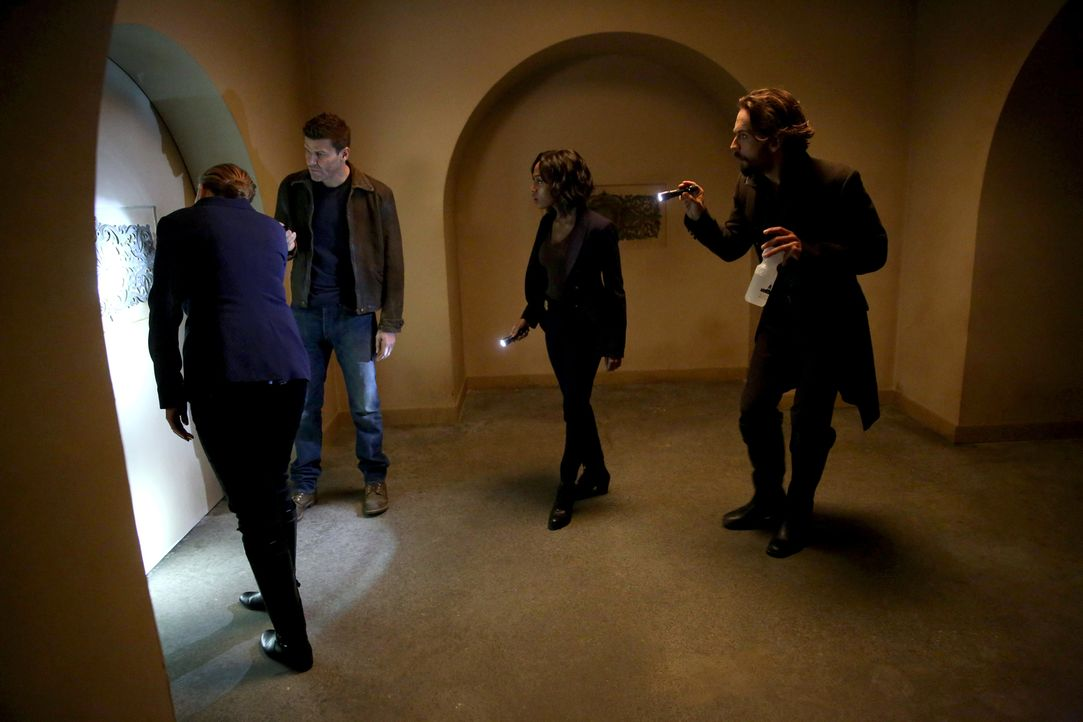 Bones (Emily Deschanel, l.), Special Agent Seeley Booth (David Boreanaz, 2.v.l.), Abbie (Nicole Beharie, 2.v.r.) und Crane (Tom Mison, r.) müssen zu... - Bildquelle: 2015-2016 Fox and its related entities.  All rights reserved.