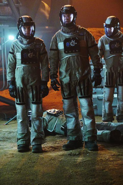 Die Ermittlungen in der Marssimulation stecken fest, bis Castle (Nathan Fillion, M.), Kate (Stana Katic, l.) und Esposito (Jon Huertas, r.) eine ung... - Bildquelle: Richard Cartwright ABC Studios