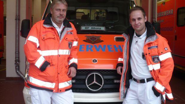 Die Rettungssanitäter Andreas R. und Sascha L. sind im Dauereinsatz, um auf d...