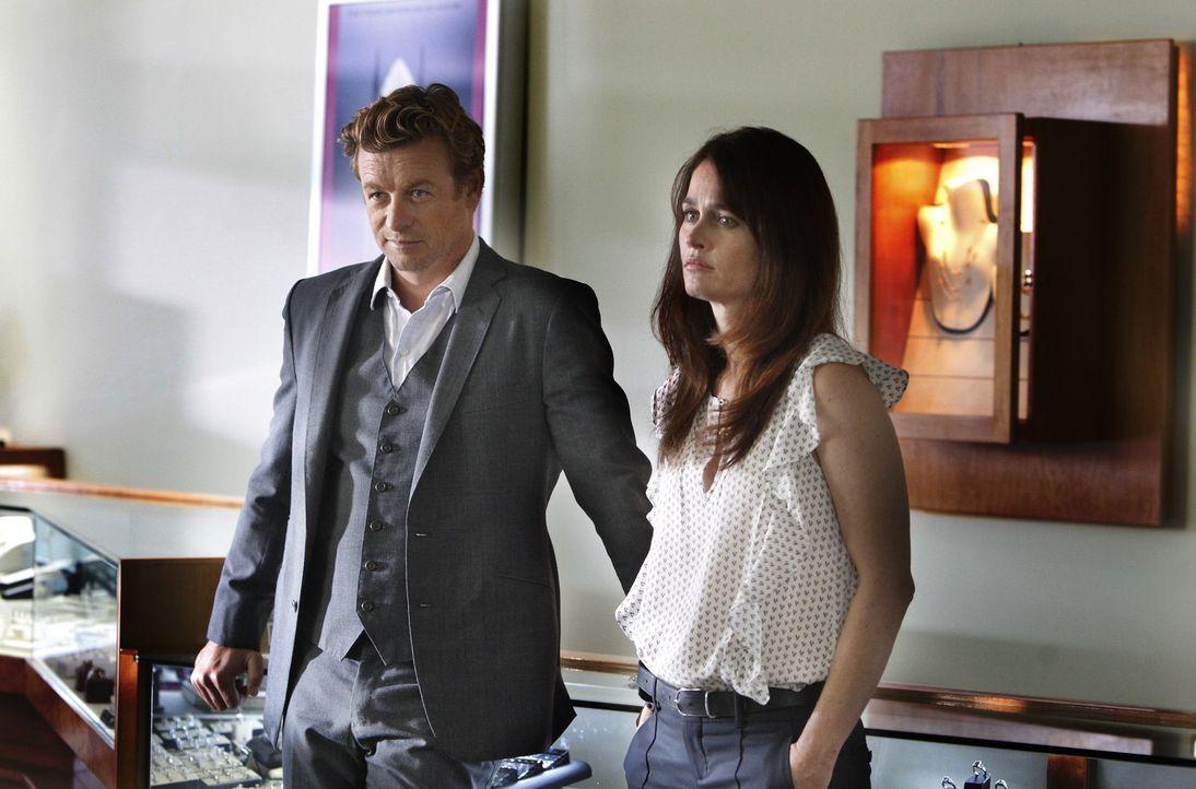 Ein neuer Fall beschäftigt Jane (Simon Baker, l.) und Lisbon (Robin Tunney, r.) ... - Bildquelle: Warner Bros. Television