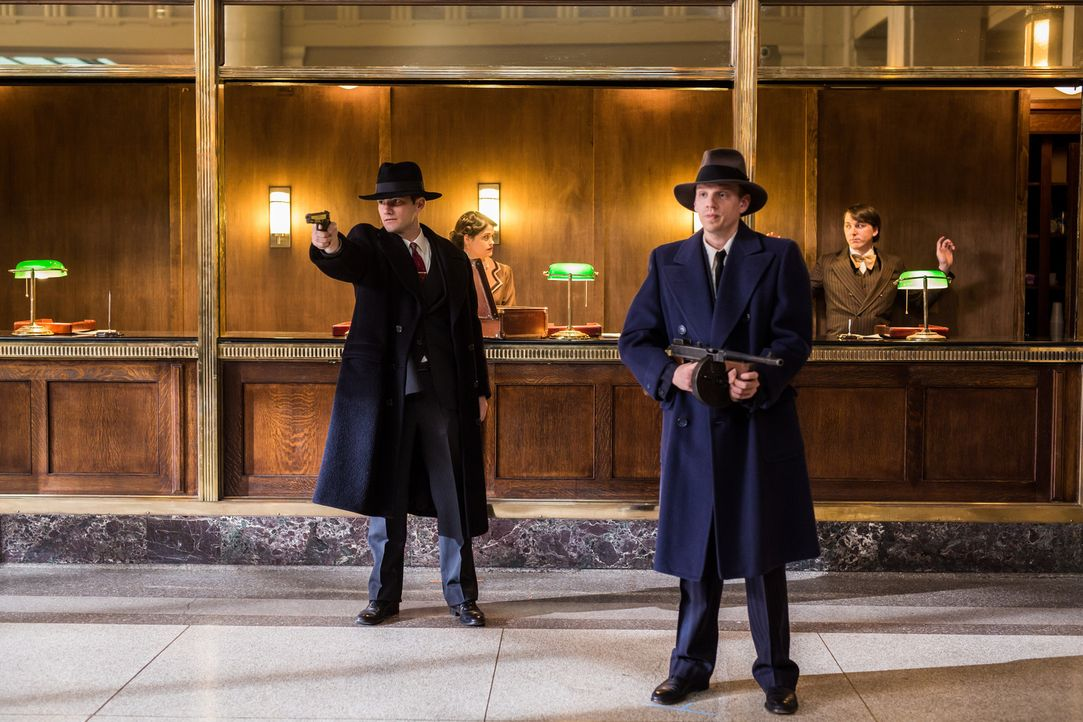 """Die beiden Ganoven John Dilinger (Patrick McFadden, l.) und John """"Red"""" Hamilton (Johnny Wideman, r.) sind nur zwei von unzähligen Bankräubern, die w... - Bildquelle: Darren Goldstein Cineflix 2015"""
