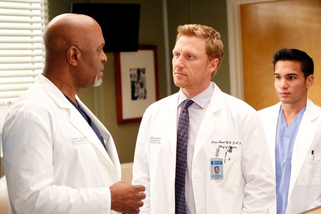 Callie und Derek tragen ihren Disput aus, während Owen (Kevin McKidd, M.) und Richard (James Pickens, Jr., l.) ein ganz besonderes Gespräch führen m... - Bildquelle: ABC Studios
