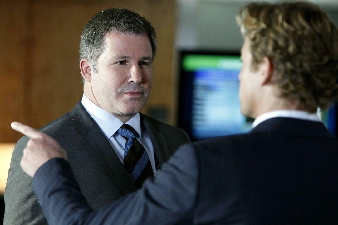 Bei den Ermittlungen in einem Mordfall stößt Patrick (Simon Baker, r.) auf Quinton Bosh (Larry Poindexter, l.). Doch was hat er damit zu tun? - Bildquelle: Warner Bros. Television