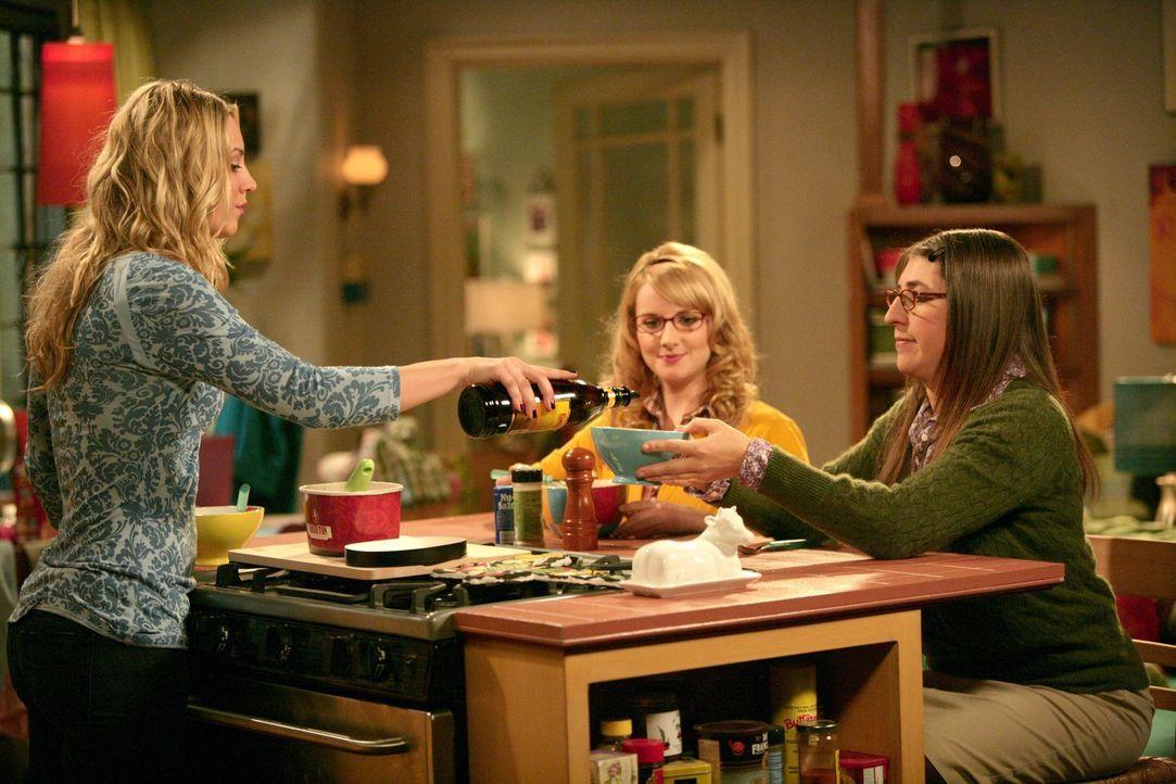 Penny (Kaley Cuoco, l.) beklagt sich bei Amy (Mayim Bialik, r.) und Bernadette (Melissa Rauch, M.) darüber, dass Priya Leonard dazu bringt, Dinge mi... - Bildquelle: Warner Bros. Television