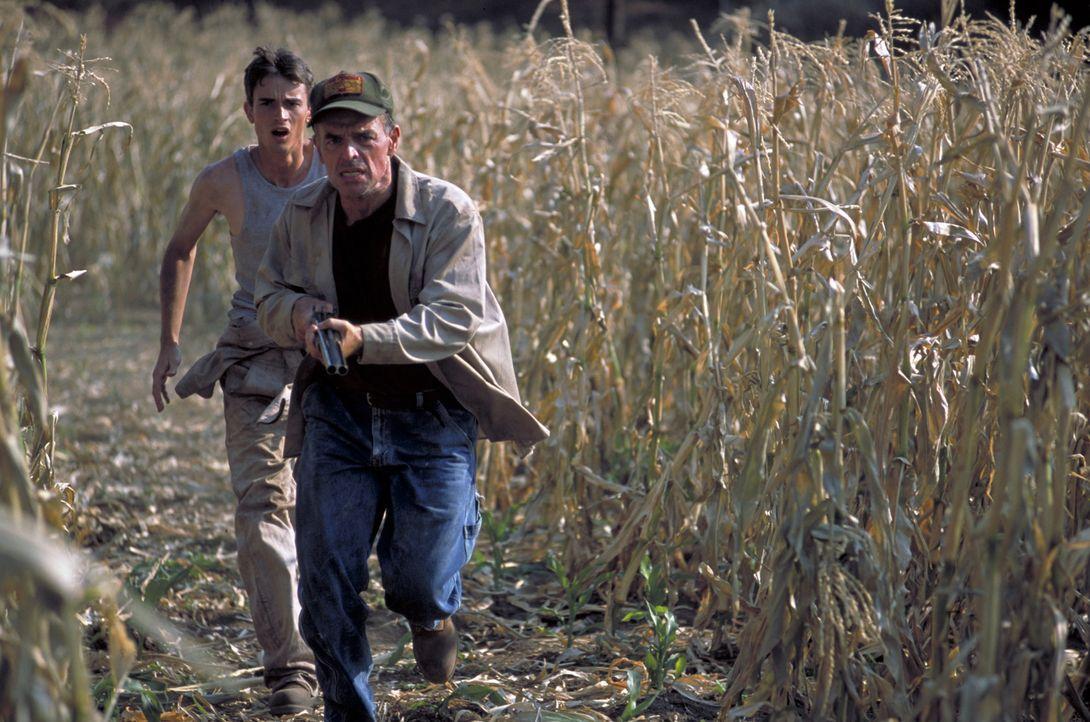 Mit unendlich viel Hass im Herzen jagen der Farmer Taggart (Ray Wise) und sein Sohn Jake (Luke Edwards, l.) den dämonischen Creeper, weil er Billy e... - Bildquelle: Kinowelt GmbH
