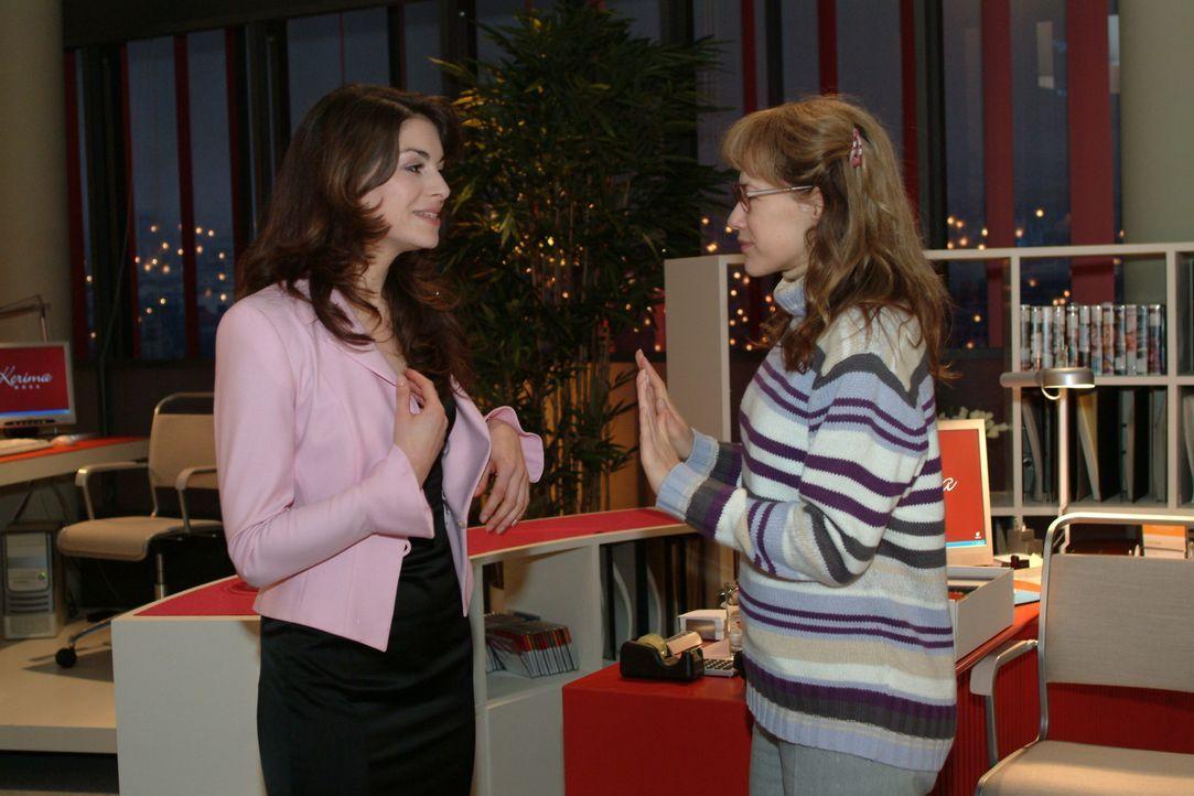 Lisa (Alexandra Neldel, r.) versucht Mariella (Bianca Hein, l.) daran zu hindern, unangemeldet bei David im Büro aufzutauchen ... (Dieses Foto von... - Bildquelle: Sat.1