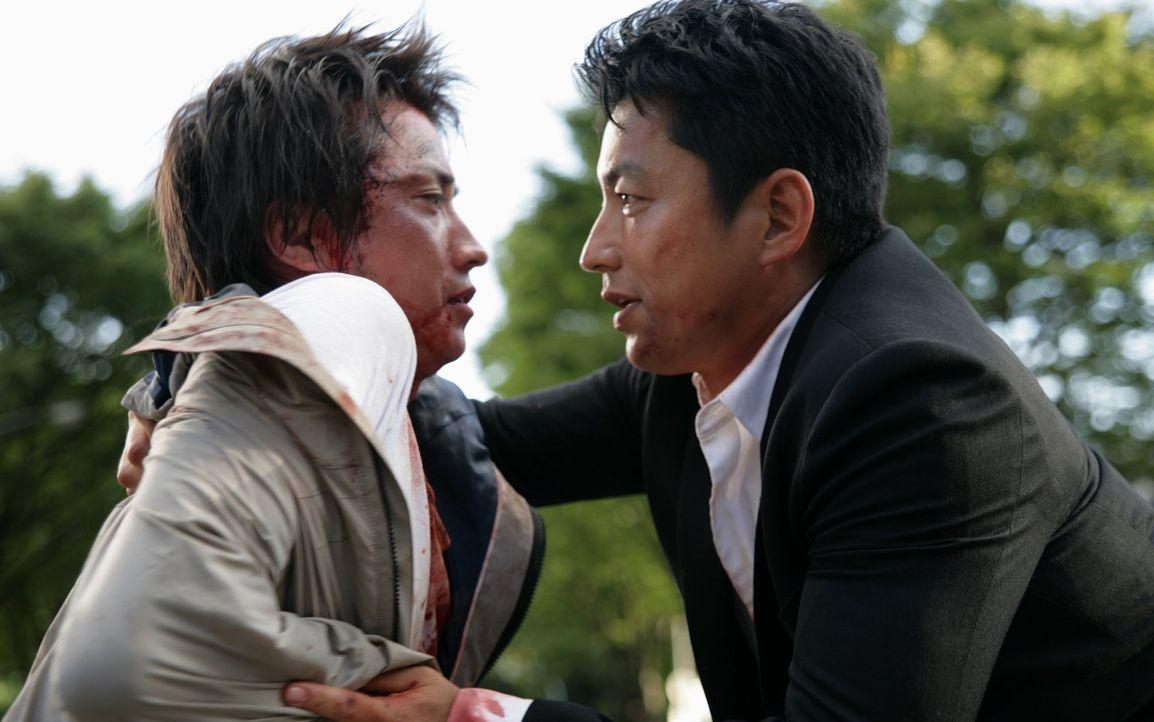 Auf den brutalen Mädchenmörder Kunihide Kiyomaru (Tatsuya Fujiwara, l.), der dem Hass einer ganzen Nation ausgeliefert ist, wird ein enorm hohes Kop... - Bildquelle: Warner Brothers