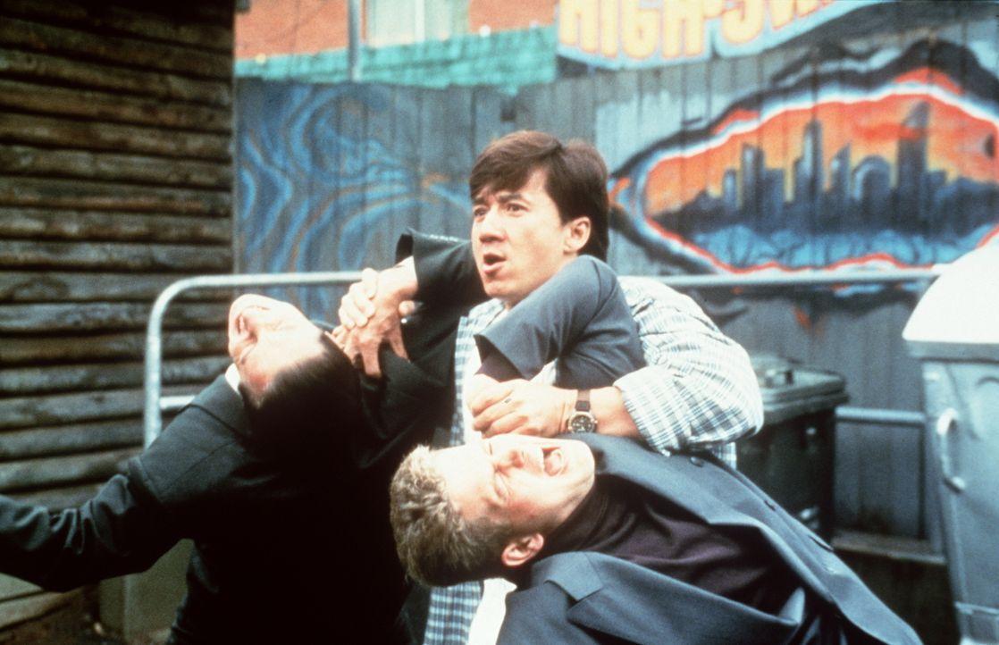 Fernseh-Maître Jackie (Jackie Chan, M.) kennt auch vor großen Fischen keine Angst ... - Bildquelle: Kinowelt Filmverleih