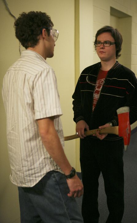 """Die alljährlichen """"Senior Festungen"""" finden statt und Dale (Clark Duke, r.) und Rusty (Jacob Zachar, l.) versuchen sich an den Türen der Examensstud... - Bildquelle: 2008 ABC Family"""