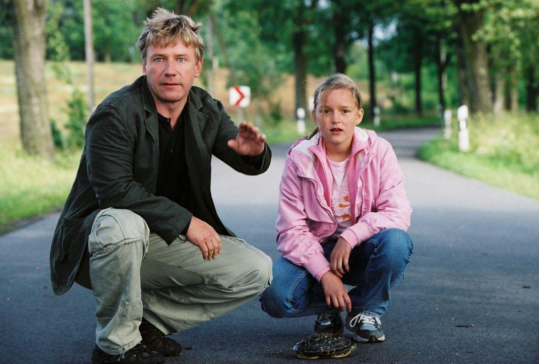 Die Schildkröte hat Vorfahrt! Naturfreund Tom (Jörg Schüttauf, l.) und seine Tochter Sonja (Nele Metzner, r.) stoppen den Wagen von Michaela, die... - Bildquelle: Oliver Ziebe Sat.1